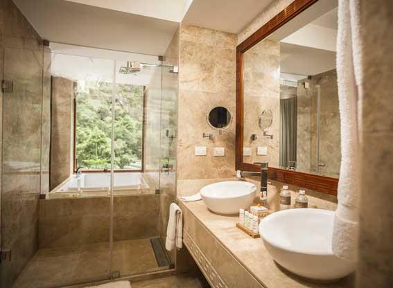 Samaq Hotel Suite Bathroom