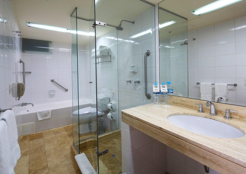CAP-Miraflores-bathroom